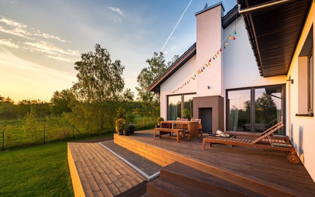 maison terrasse coucher de soleil jardin